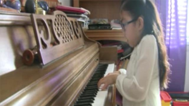 Teegan Willson playing the piano (Credit: KMOV)
