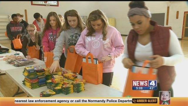 Granite City High school students share Christmas spirit to cancer patients. (Credit: KMOV)