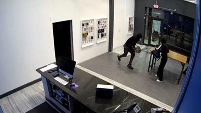 Thieves taking money from the iTechShark Electronics in Brentwood (Credit: Sayed Ahmed)