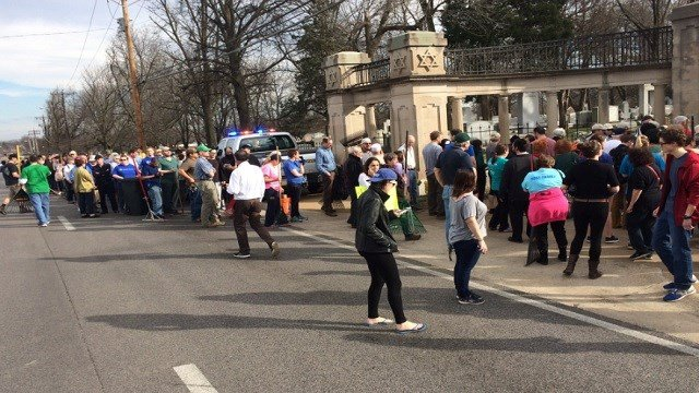 Crowds outside the Chesed Shel Emeth Cemetery (KMOV)