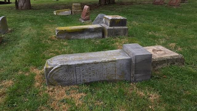 A damaged gravestone at the Pacific City Cemetery (Brian Podner, KMOV)
