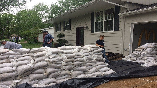 Volunteers sandbagging in Fenton, Mo. (Credit: KMOV)