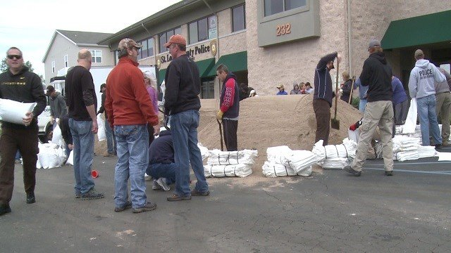 One bag after another, volunteers around the Valley Park area have been sand bagging ahead of expected floods. (Credit: KMOV)