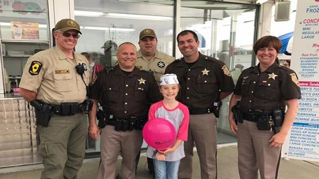 Officers posing with Kaylee Deatherage (Credit; Illinois State Police / Facebook page)