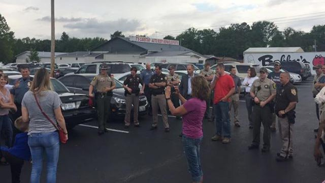 Officers surprising Kaylee Deatherage (Credit; Illinois State Police / Facebook page)