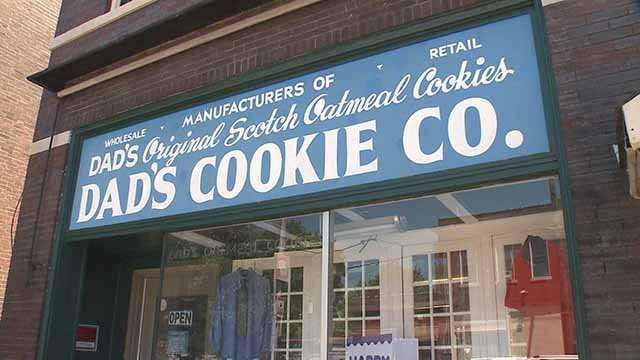 Alleged crooks into popular cookie store in south St. Louis early Tuesday. (Credit: KMOV)