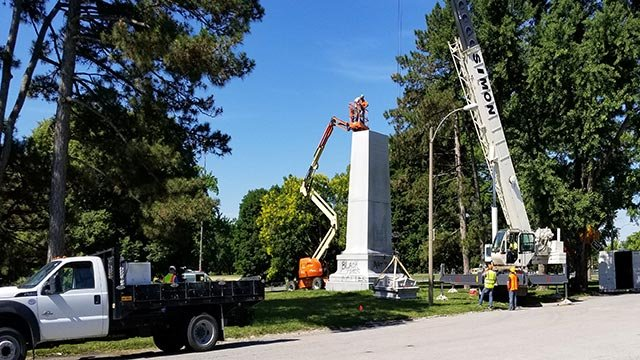 Top of the Confederate Monument in Forest Park being removed (Credit: KMOV)