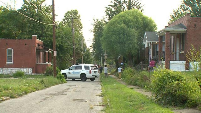 Police in the 4100 block of Glasgow after a man was found shot Monday (Credit: KMOV)