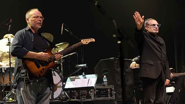 This Nov. 20, 2008 file photo shows musicians Walter Becker, left and Donald Fagen of the band Steely Dan perform at 'Collaborating for a Cure' the Samuel Waxman Cancer Research Foundation Benefit Concert in New York. (AP Photo/Evan Agostini,File)