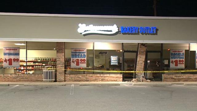 The Entenmann's Bakery Outlet on Borman Drive was damaged early Thursday morning (Credit: KMOV)