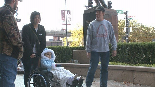 Jim Hickey arrived at Busch Stadium Saturday after walking all the way from Wrigley Field in Chicago. His walk was in honor of Lydia Boyer, a St. Louis six-year-old with brain cancer. (Credit: KMOV)