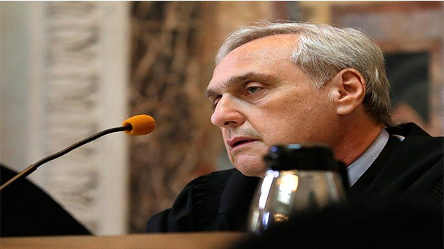 Chief Judge Alex Kozinski listens to Barry Bonds' attorney, Dennis Riordan, speak before an 11-judge panel of the 9th U.S. Circuit Court of Appeals Thursday, Sept. 18, 2014 ( Credit: AP Photo/Eric Risberg, Pool)