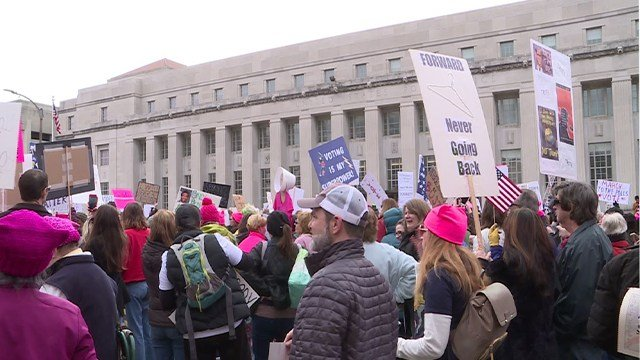 Crowd marches downtown in the Women's march (Credit: KMOV)
