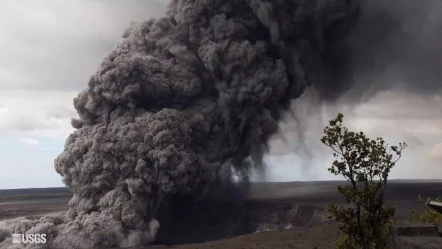 A thick plume of ash pours out of Halemaumau Crater, sending ash as far away as Pahala. (Image: USGS)