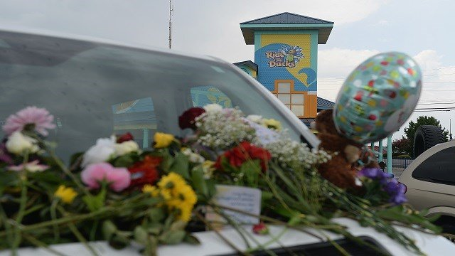 Cards and flowers are seen on the vehicle of one of the victims of the Ride The Ducks Accident at Ride The Ducks Tours on July 20, 2018 in Branson, Missouri. (Photo by Michael Thomas/Getty Images)