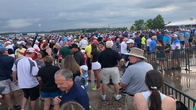 Crowds line up for shuttles at the Fenton shuttle lot (Credit: Mike Ritter / KMOV)