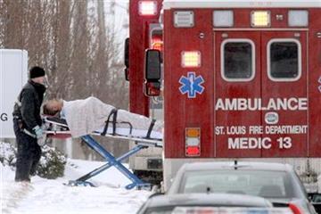 Un bombero de San Luis lleva a una persona en camilla hacia una ambulancia, frente a la empresa ABB Inc., el jueves 7 de enero del 2010, luego que un sujeto armado perpetr? un ataque a tiros (AP Foto/Jeff Roberson). By Jeff Roberson