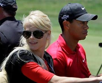 La esposa de Tiger Woods, Elin Nordegren, al lado de su marido en una imagen de archivo el 16 de junio de 2008 en San Diego. (Foto AP/Chris Carlson, File) By Chris Carlson