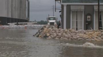 Like Alton (seen above), volunteers are needed in Portage Des Sioux for sandbagging efforts. By Belo Content KMOV