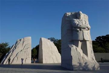 Algunas personas se toman fotos en el monumento a Martin Luther King, Jr., el lunes 22 de agosto del 2011 en Washington.  (Foto AP/Charles Dharapak) By Charles Dharapak