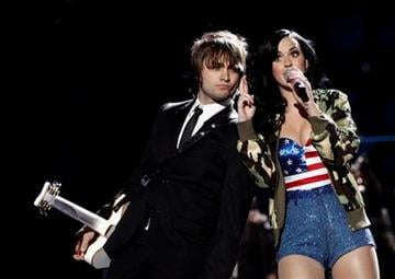 """Katy Perry, right, performs onstage at the """"Vh1 Divas Salute the Troops"""" on Friday, Dec. 3, 2010 in San Diego, Calif. (AP Photo/Matt Sayles) By Matt Sayles"""