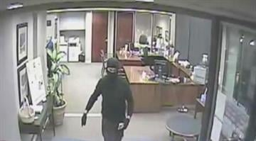 (KMOV) – Police are searching for a man who robbed a bank in Webster Groves Friday night. By Stephanie Baumer