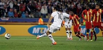 United States' Landon Donovan scores on a penalty kick during the World Cup round of 16 soccer match between the United States and Ghana at Royal Bafokeng Stadium in Rustenburg, South Africa, Saturday, June 26, 2010.  (AP Photo/Matt Dunham) By Matt Dunham
