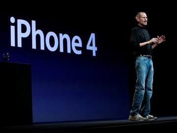 Steve Jobs, el director general de Apple, presenta el nuevo modelo iPhone 4 en la Conferencia Mundial de desarrollos de Apple, el lunes 7 de junio del 2010 en San Francisco. (Foto AP/Paul Sakuma) By Paul Sakuma