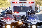 Una ambulancia que lleva a la congresista herida Gabrielle Giffords sale del Centro M?dico Universitario de Tucson, Arizona, el viernes 21 de enero de 2011. (Foto AP/Greg Bryan, Pool) By Greg Bryan