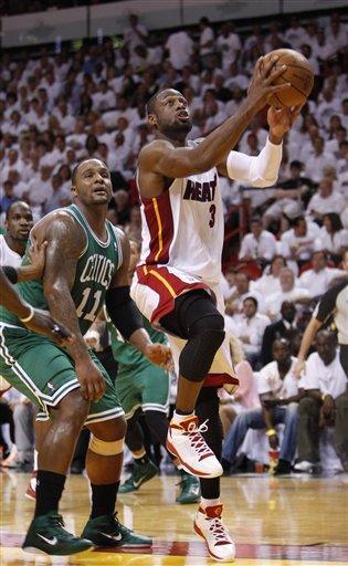 Dwyane Wade alista un lanzamiento por el Heat el mi?rcoles 11 de mayo del 2011 en el quinto partido de la segunda ronda de playoffs contra los Celtics de Boston en Miami. (Foto AP/Wilfredo Lee) By Wilfredo Lee