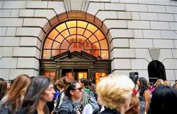 People queue up to gain entrance into Bergdorf Goodman, Friday, Sept 10, 2010 during Fashion's Night Out during Fashion Week in New York. (AP Photo/Stephen Chernin) By Stephen Chernin