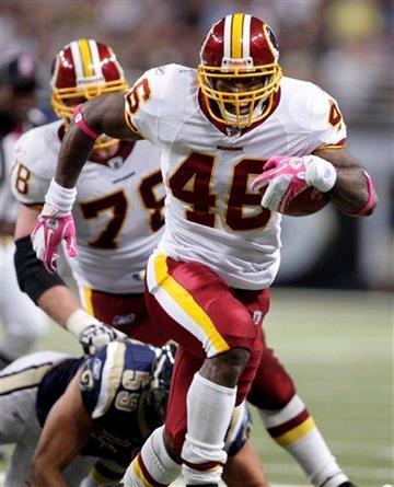 El running back de los Redskins de Washington Ryan Torain avanza para un touchdown de 20 yardas en el partido contra los Rams de San Luis el domingo 2 de octubre de 2011. (AP Foto/Tom Gannam) By Tom Gannam