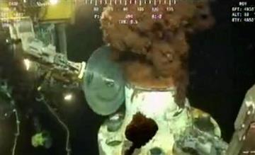 Esta imagen tomada de un video distribuido por BP muestra una sierra cortando parte del per?metro de un tubo desde donde se fuga el petr?leo al Golfo de M?xico, el jueves 3 de junio del 2010 (AP Foto/BP PLC) NO SALES By Anonymous
