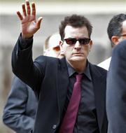 El actor Charlie Sheen saluda al llegar al Palacio de Justicia del condado de Pitkin, en Aspen, Colorado, el lunes 2 de agosto del 2010, para una audiencia por abuso dom?stico. (Foto AP/Ed Andrieski By Ed Andrieski