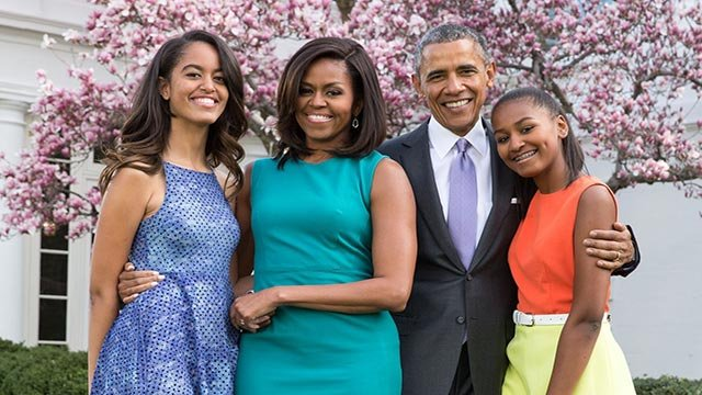 (Pete Souza) President Barack Obama, First Lady Michelle Obama, and daughters Malia and Sasha pose for a family portrait