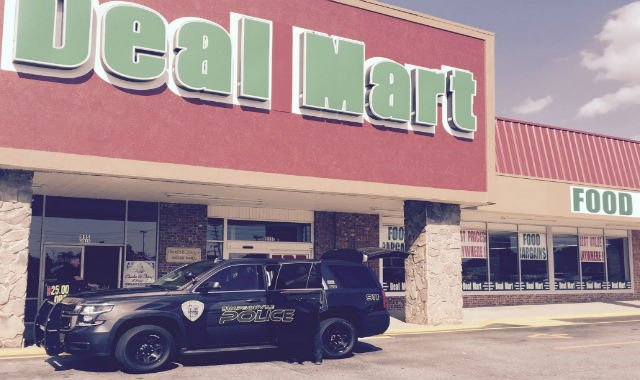 Simpsonville police, in South Carolina, load groceries at Deal Mart (Courtesy: Chief Keith Grounsell)