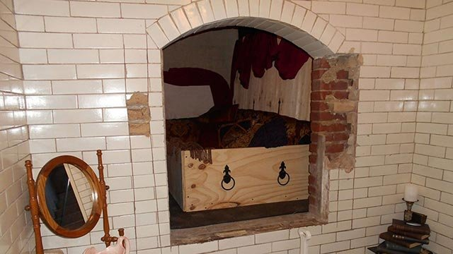 A hotel in Maine is offering guests the chance to stay in a crypt that was once home to the body of a Catholic priest who died more than 100 years ago. (Credit: Hotel Crypt/Inn at Agora)