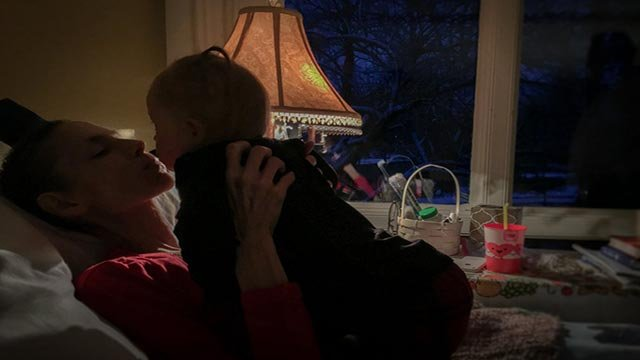 "Joey Feek giving ""one last kiss"" to her daughter (Credit: thislifeilive.com / Rory & Joey Feek)"