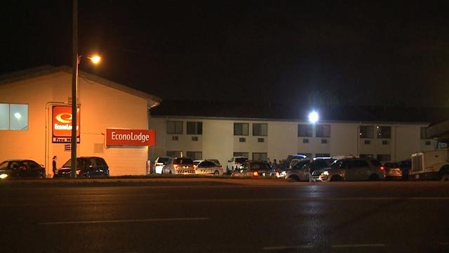 Multiple police agencies outside an Econo Lodge after a robbery (Credit: KMOV)
